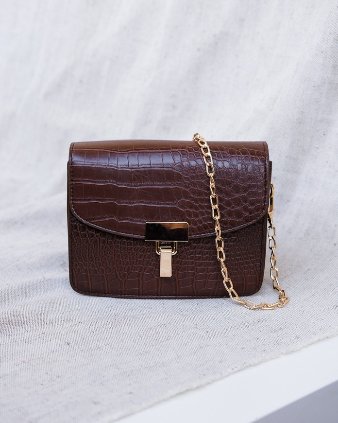 0e73e566f30b Женская сумка кроссбоди на цепочке - (тёмно-коричневый цвет, под рептилию)  200102K ...